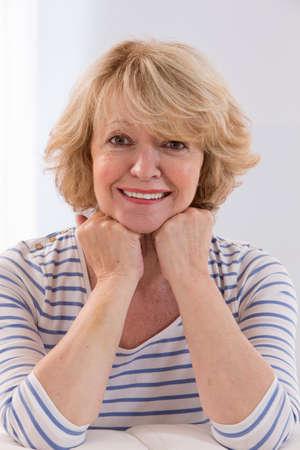 damas antiguas: Retrato sonriente de la mujer mayor