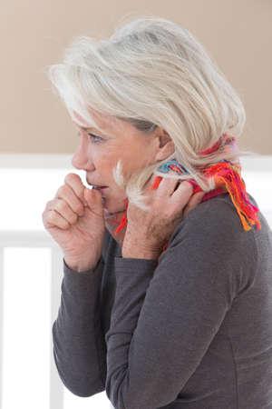 tosa: Mujer enferma tos con dolor de garganta Foto de archivo