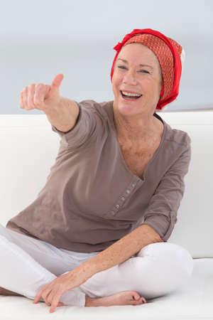 Portret van een mooie vrouw van middelbare leeftijd die na chemotherapie herstel - focus op haar lachende positieve houding