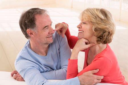 vejez feliz: Feliz pareja de adultos mayores enamorados Foto de archivo