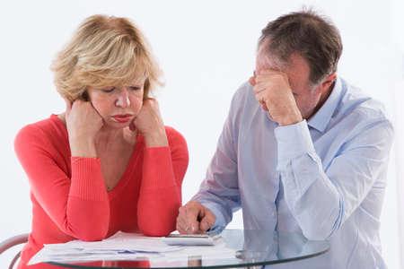 factura: Senior joven preocupado por pagar las cuentas y la quiebra