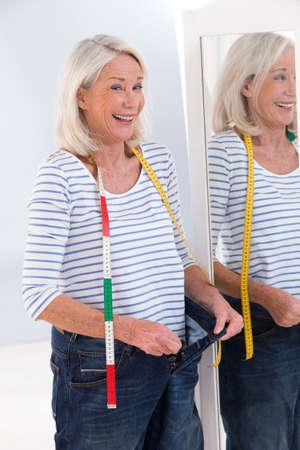skinny: Mujer mayor en concepto de dieta