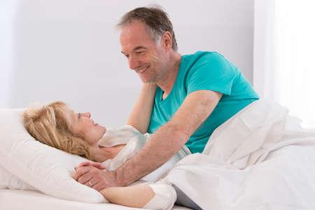 mujer en la cama: Retrato de la feliz pareja senior juntos en la cama Foto de archivo