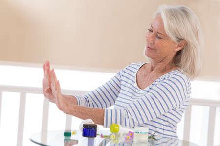 mujer maquillandose: cuidado de las manos la mujer mayor