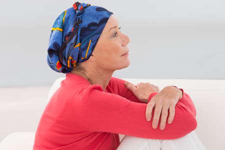 portret van een doordachte senior vrouw Stockfoto
