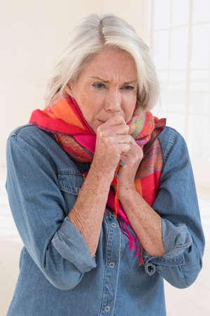 tosiendo: Mujer enferma tos con dolor de garganta Foto de archivo