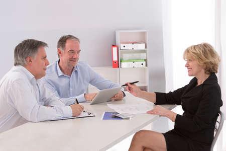 reuniones empresariales: Equipo de arquitectos personas en grupo en documentos de verificación del sitio de obra y flujo de trabajo