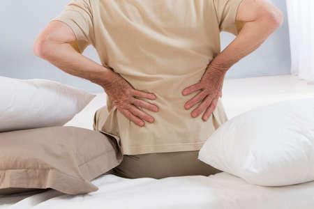 chory: Bóle kręgosłupa starszy mężczyzna