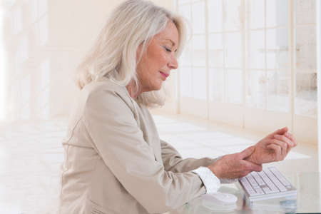 personne malade: Mains avec le syndrome de RSI sur le clavier de l'ordinateur portable Banque d'images