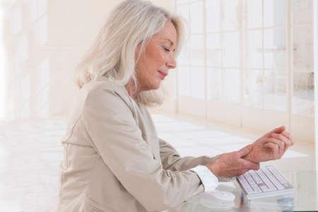 enfermos: Manos con el s�ndrome RSI sobre el teclado de la computadora port�til