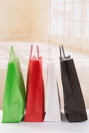 compras compulsivas: Bolsos de compras en el fondo la sala de estar de cerca