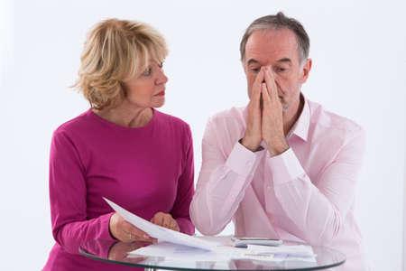 Senior paar bezorgd over het betalen van rekeningen en faillissement