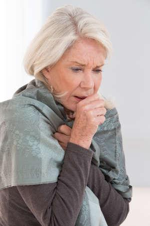 tos: Mujer enferma tos con dolor de garganta Foto de archivo
