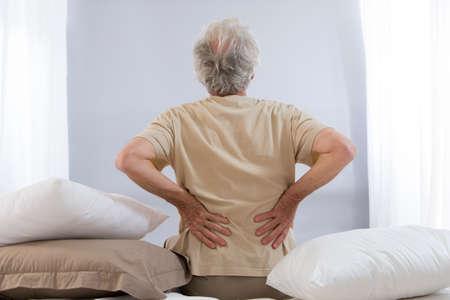 columna vertebral: hombre mayor dolor de espalda