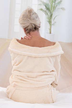 mujeres de espalda: Mujer mayor con dolor de cuello, vista posterior