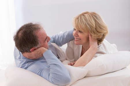 pareja en la cama: Retrato de la feliz pareja senior juntos en la cama Foto de archivo