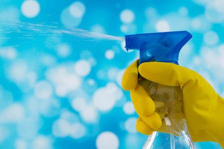 Hand met reinigingsspray Stockfoto