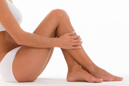 depilacion: Primer plano hermosa mujer joven sentada en el suelo