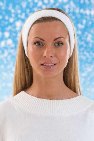 mooie jonge vrouw met haarband