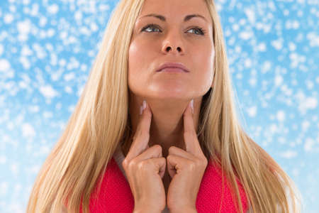 blonde vrouw met keelpijn in de winter
