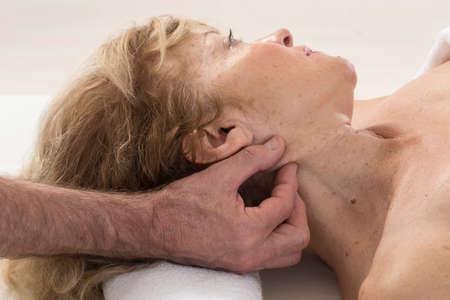 reflexologie plantaire: Senior femme ayant la thérapie Réflexologie
