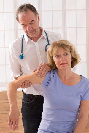 fisioterapia: Una imagen de un terapeuta fisio dando un masaje de brazo