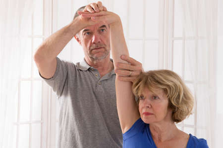 fisioterapia: A picture of a physio therapist giving an arm massage