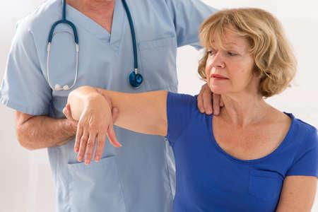 腕マッサージを与える物理療法セラピストの写真