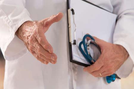 medicina: apretón de manos mujer del doctor da o bienvenido signo gesto