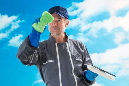 mantenimiento: una esponja profesional limpiador de ventanas y squeegies una limpia ventana Foto de archivo