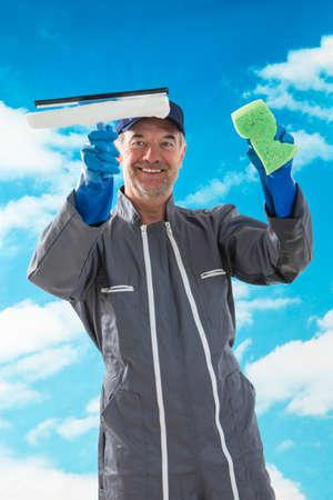 personal de limpieza: una esponja profesional limpiador de ventanas y squeegies una limpia ventana Foto de archivo