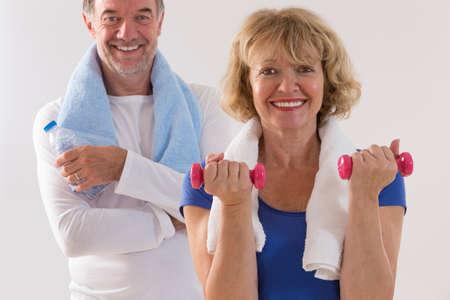 mujeres mayores: Fitness saludable pareja de ancianos. El deporte y el concepto de ejercicio.