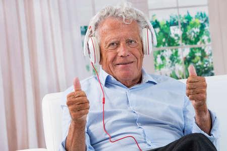 persona de la tercera edad: Hombre Senior, escuchar música con auriculares