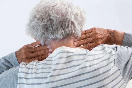 Senior man die lijden aan nek pijn