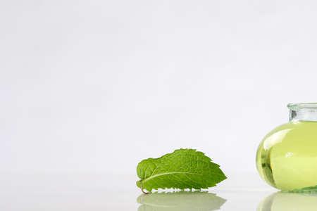 menta: botella de vidrio con la medicina herbal aceite de menta Foto de archivo