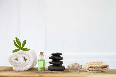 accesorios de spa con piedras en el fondo blanco