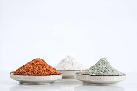 barro del Mar Muerto en un recipiente para uso cosmético