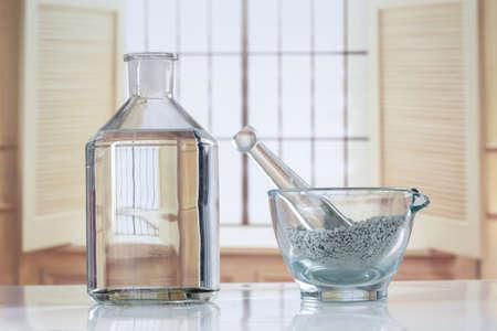 Komposition mit Kosmetik-Ton für Spa-Behandlungen in Glasmörser