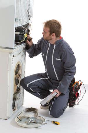machine à laver: Technicien Homme réparer la machine à laver et sèche