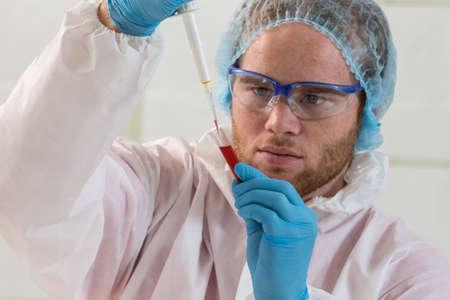 probeta: Doctor colocar las muestras de sangre en tubos de ensayo para el análisis