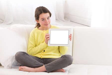 mujer sola: pantalla de la tableta pc muchacha adolescente