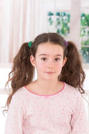 recht jugendlich Mädchen mit schönen langen Haaren lächelnd in die Kamera. Studio gedreht. Standard-Bild