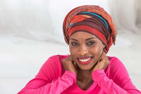 femme africaine: Belle femme africaine portant un foulard Banque d'images