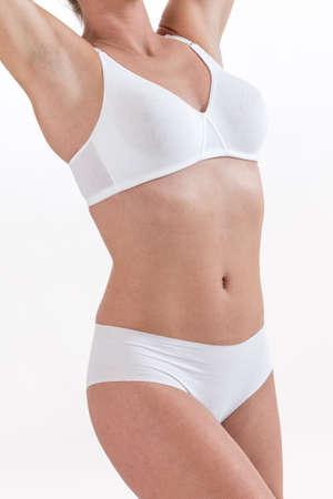 jonge vrouw in het wit ondergoed armen omhoog