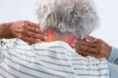 oude man masseren zijn pijnlijke nek Stockfoto