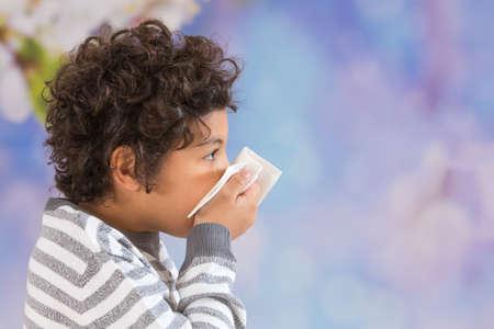 toser: Kid que sopla su nariz virus estacional Foto de archivo