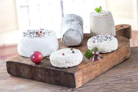queso de cabra: Vaus francés queso de cabra fresco sobre tabla de madera Foto de archivo