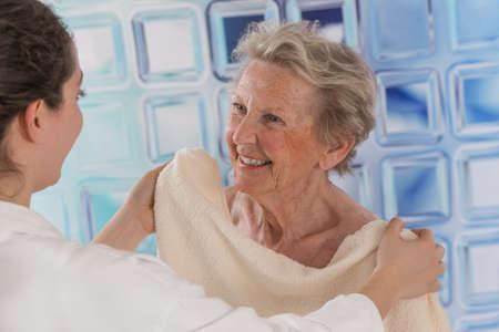 寄贈者または看護師 givng され支援高齢者女性のシャワーのために気に 写真素材