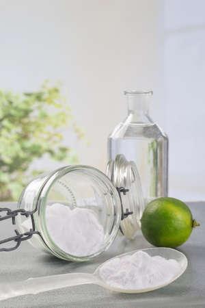 herramientas de limpieza naturales de limón y bicarbonato de sodio para el mantenimiento de la casa