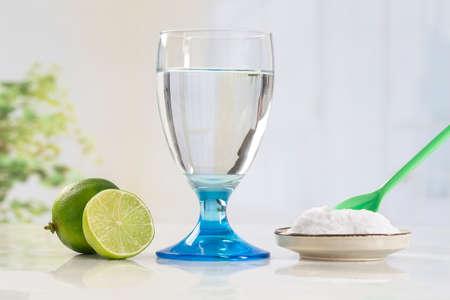 Ein Glas Wasser, Zitrone, Soda Bikarbonat